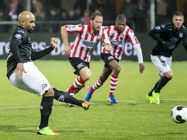 Samuel Armenteros legt aan voor zijn strafschop tegen Sparta Rotterdam. De aanvaller van Heracles Almelo faalt echter. (18-03-2017)