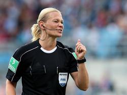 Schiedsrichterin Bibiana Steinhaus lächelt einen Streich von Franck Ribéry einfach weg