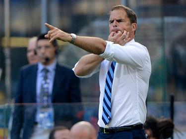 Internazionale-trainer Frank de Boer geeft aanwijzingen tijdens het competitieduel Inter - Bologna (25-09-2016).