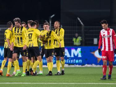 De spelers van VVV-Venlo hebben genoeg reden om te juichen. Delano van Crooy heeft zojuist de marge vergroot naar twee. (27-01-2017)