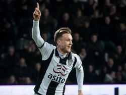 Ook Mike te Wierik deelt in de feestvreugde tegen Excelsior. De verdediger scoort zijn eerste goal van het seizoen, hij maakt de 3-0. (18-02-2017)