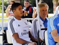 Raphaël Varane (l.) trainierte bereits bei Real unter Carlo Ancelotti (r.)