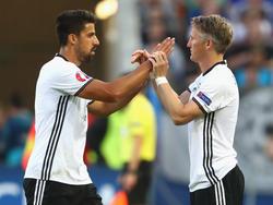 Sami Khedira (l.) und Bastian Schweinsteiger bildeten lange die Mittelfeldachse des DFB-Teams