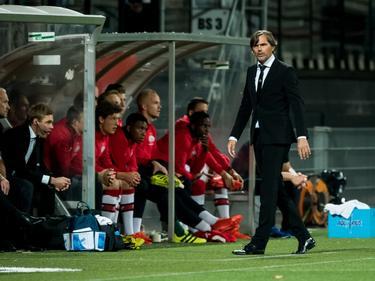 PSV-trainer Phillip Cocu loopt langs het veld tijdens de competitiewedstrijd tegen Excelsior. (24-09-2016)
