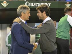 Setién le da la mano a Víctor Sánchez, su antecesor en el Betis. (Foto: Imago)