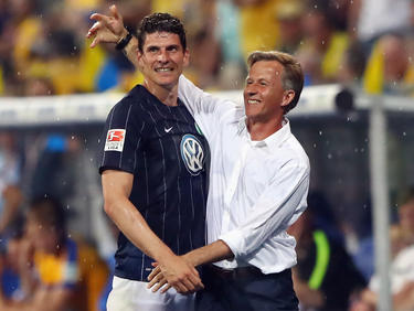 Andries Jonker (r.) bleibt Trainer beim VfL Wolfsburg: