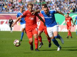Timo Gebhart (r.) von Hansa Rostock erkämpft den Ball gegen René Lange vom FSV Zwickau (25.09.16).