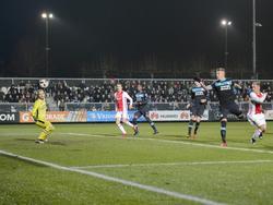 Na een uur spelen valt de eerste goal in de mini-topper tussen Jong Ajax en Jong PSV. Kaj Sierhuis (r.) verschalkt Hidde Jurjus (l.) met een kopbal. (09-12-2016)