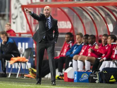 Erik ten Hag coacht fanatiek tijdens het bekerduel van FC Utrecht met FC Twente (22-09-2016).