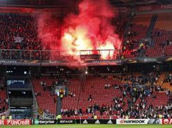 Het uitvak van de Amsterdam ArenA wordt volledig gevuld door aangestoken fakkels van Standard Luik-supporters. Enkele fakkels worden ook naar beneden gegooid tijdens het Europa League-duel. (29-09-2016)