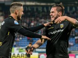 Vitesse-speler Nathan de Souza (r.) scoort de 0-4 en viert dit met medespeler Ricky van Wolfswinkel (l.). (06-08-2016)