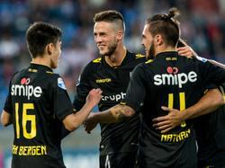 Ricky van Wolfswinkel (m.) luistert zijn rentree voor Vitesse op met een doelpunt. De spits is het middelpunt van de vreugde na de 0-2 in Tilburg. (06-08-2016)