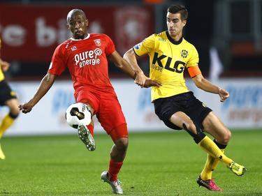 Kamohelo Mokotjo (l.) reageert attenter dan Tom Van Hyfte (r.) en gaat er met de bal vandoor tijdens FC Twente - Roda JC. (28-10-2016)