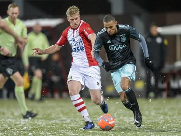 Jurjan Mannes (l.) probeert Damil Danklui (r.) bij te houden tijdens het competitieduel FC Emmen - Jong Ajax. (13-01-2017)