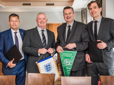 Martin Glenn, Greg Clarke, Reinhard Grindel und Friedrich Curtius bei der Vertragsunterzeichnung