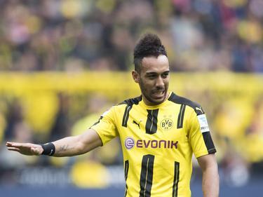 Pierre-Emerick Aubameyang zegt sorry tijdens het competitieduel Borussia Dortmund - 1. FC Köln (29-04-2017).