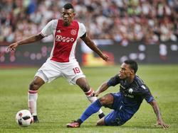 Garry Rodrigues (r.) delft het onderspit in duel met Mateo Cassierra van Ajax. (26-07-2016)
