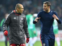 Bayern-Keeper Manuel Neuer (r.) macht auf Misstände im Spiel der Münchner aufmerksam