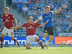 Dave Bulthuis (m.) vom 1. FCN im Duell mit Fabian Klos (r.) (25.09.16).