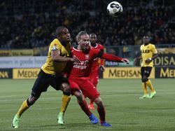 Jeroen van der Lely (r.) heeft het zwaar in het duel met Mikhail Rosheuvel (l.). De aanvaller van Roda JC zet vol druk op de FC Twente-verdediger. (17-03-2017)