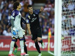 Real Madrids Stürmer Morata zeigt es an, er hat zweimal den Ball im Netz