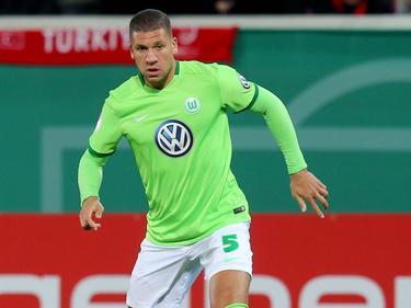 Jeffrey Bruma in actie voor VfL Wolfsburg. De ploeg van de Nederlandse verdediger is in de DFB-Pokal veel te sterk voor Heidenheim en wint met 5-1. (26-10-2016)