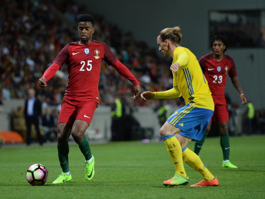 Der FC Barcelona verpflichtet Portugals Nationalspieler Nélson Semedo (l.)