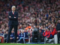 Arsène Wenger heeft de armen over elkaar en kijkt tijdens het FA Cup-duel met Sunderland toe hoe zijn Arsenal het doet. (09-01-2016)
