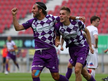 Sandro Zakany und Torschütze Patrick Eler bejubeln das frühe 1:0