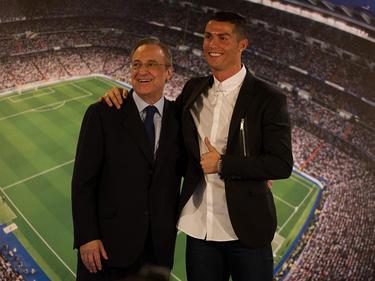 Florentino Pérez (l.) ist weiterhin von Ronaldos Unschuld überzeugt
