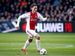 Nemanja Gudelj heeft balbezit tijdens het competitieduel Ajax - AZ Alkmaar (28-02-2016).