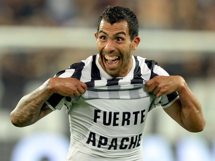 Nach seinem Tor im Ligaspiel gegen Lazio jubelt Juve-Stürmer Carlos Tévez und schickt einen Gruß in ein argentinisches Armenviertel. (31.08.2013)