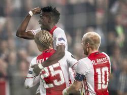 Bertrand Traoré (m.) springt in de armen bij doelpuntenmaker Kasper Dolberg (l.). Davy Klaassen (r.) juicht mee. (29-09-2016)