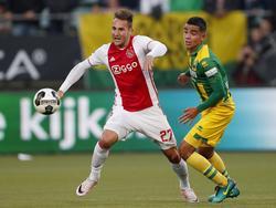Nemanja Gudelj (l.) is een stap eerder bij de bal dan oud-Ajacied Achraf el Mahdioui (r.) tijdens de wedstrijd ADO Den Haag - Ajax. (16-10-2016)