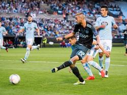 Hakim Ziyech (m.) krijgt wat ruimte in de zestien en met een geplaatste bal zoekt hij het doel van Celta de Vigo. (20-10-2016)