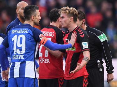 Ibišević y Philipp se enfrentan en un partido de la Bundesliga. (Foto: Getty)