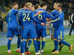 Die Spieler der Ukraine feiern den Führungstreffer im Testspiel gegen Wales. (28.03.2016)