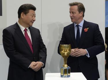 Xi Jinping (l.) hat den WM-Pokal beim England-Besuch fest im Blick