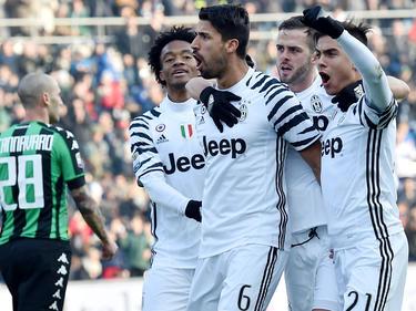 Sami Khedira lässt sich von seinen Juve-Teamkollegen feiern