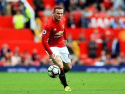 Wayne Rooney heeft de bal tijdens het competitieduel Manchester United - Leicester City (24-09-2016).