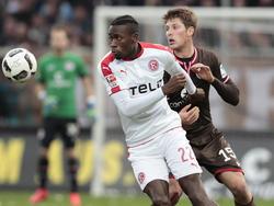 Maecky Ngombo (l.) wird in die dritte englische Liga verliehen