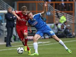 Felix Müller (l.) behauptet in dieser Szene den Ball gegen Marco Stiepermann
