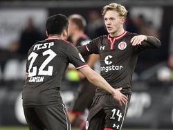 Der FC St. Pauli feiert gegen den Karlsruher SC einen Kantersieg