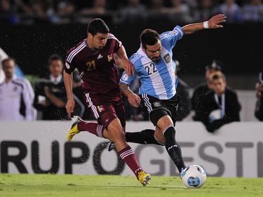 Alexander ante Lavezzi en un Venezuela-Argentina disputado en Buenos Aires. (Foto: Imago)