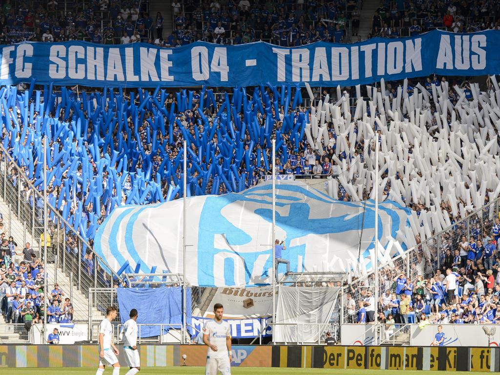 Schalker Fans müssen sich um ihren Verein finanziell keine Sorgen machen