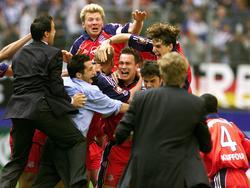 Stefan Effenberg (M.) bejubelt die Last-Minute-Meisterschaft 2001