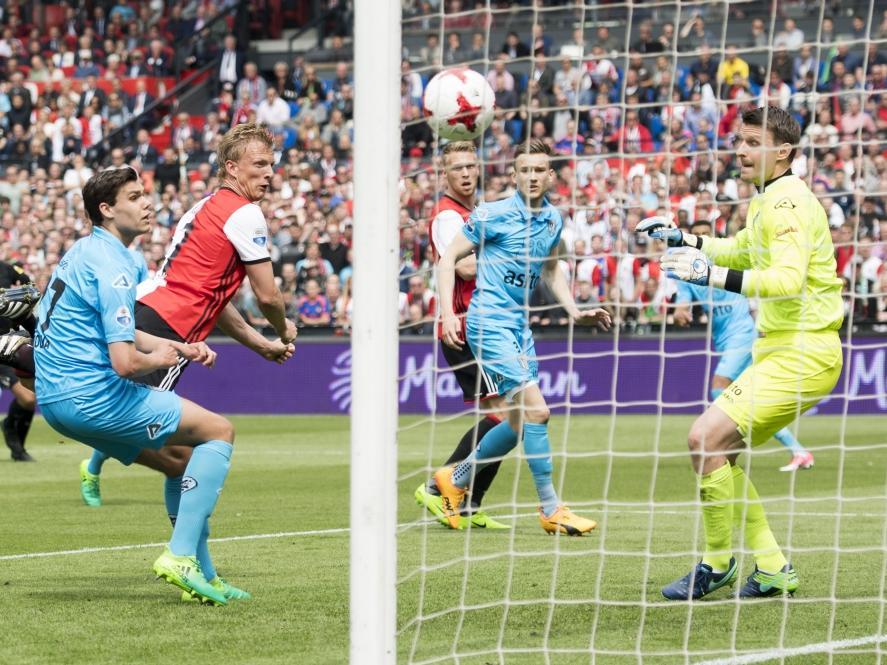 Dirk Kuyt (m.) kopt de 2-0 binnen! Justin Hoogma (l.) is te laat, terwijl Bram Castro (r.) alleen maar kan toekijken. (14-05-2017)