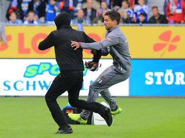 Vermummte Kiel-Fans liefen in Hamburg über das Feld