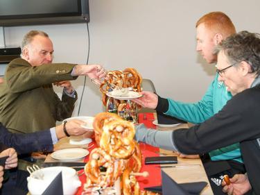 Karl-Heinz Rummenigge hat sein Weißwurst-Versprechen eingelöst