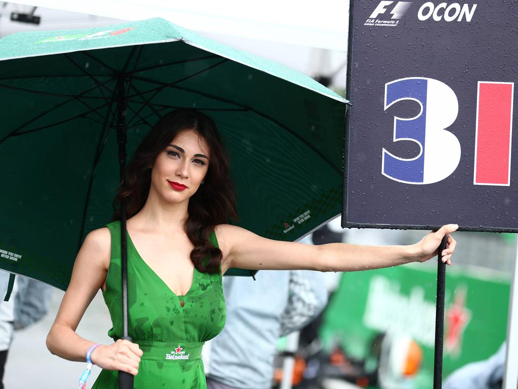 Großer Schirm, knappes Kleid